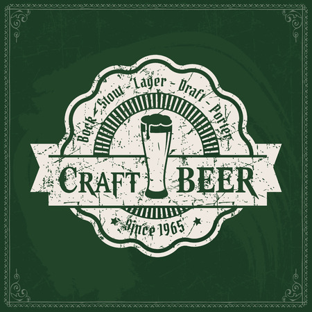 Craft beer brewery logo on vintage green chalkboard background. Template for bar or pub. 版權商用圖片 - 117904711