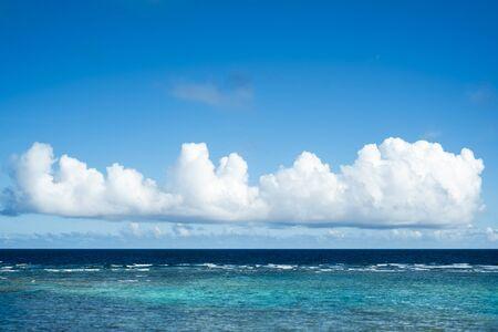 pezones: mar brillante verde esmeralda de la nube de Japón Okinawa y nadar
