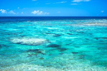 透明なサンゴ礁とエメラルド グリーンのラグーン沖縄 写真素材 - 65792882