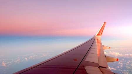 ciel avec nuages: avion de passagers sur le nuage