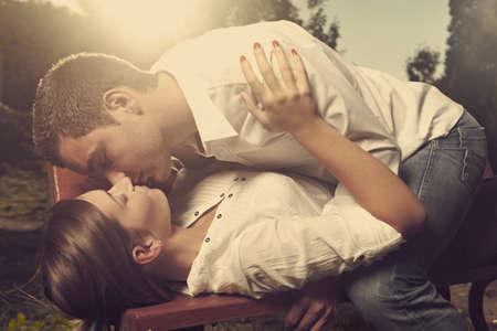 pareja besandose: Amante de la joven pareja disfrutando de la fecha a principios de otoño parque de la ciudad, besándose, tocándose y abrazándose