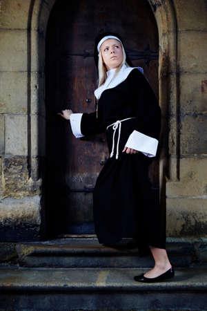 sotana: Buena chica posando como una monja caminando por la iglesia en Praga para las fotos de estilo religión.