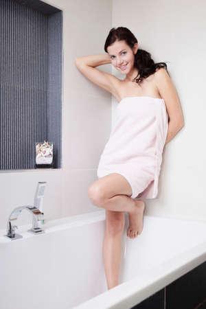 autocuidado: Jovencita después de tomar el baño en el baño de su casa - autocuidado de la piel y la manicura, momentos de relax.