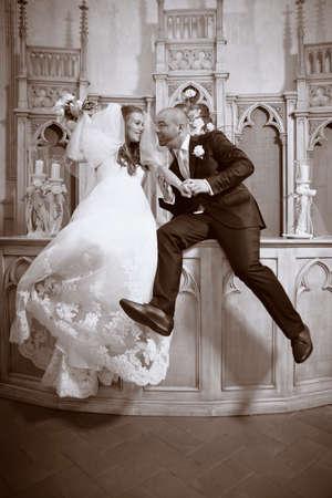 bridal gown: Bonita pareja de j�venes en d�a de la boda - novia en vestido de novia