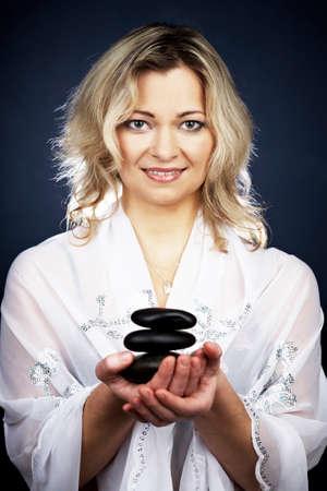 esot�risme: Femme de l'�me �sot�rique tenant certains symboles de tao�sme et de styles de vie alternatifs. Banque d'images