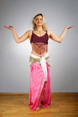 esoterismo: Mujer de alma esotérico en el estudio vestida como una bailarina del vientre. Foto de archivo