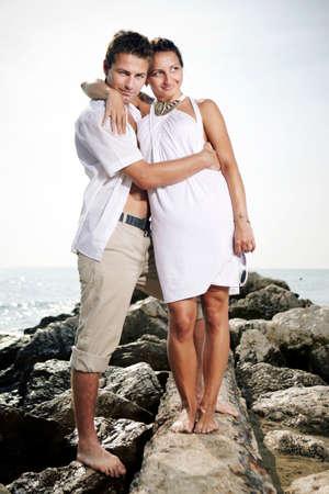 weisse kleider: Paare, die auf der Schallwand Pier posiert fo Figur Portr�ts am Strand in Italien im Sommer wei�e Kleider.
