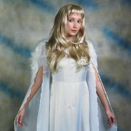 ange gardien: ange blond en studio - femme posant avec des ailes d'ange