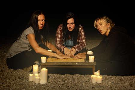 정신적 인 보드를 통해 유령과 의사 소통하는 여자 마녀