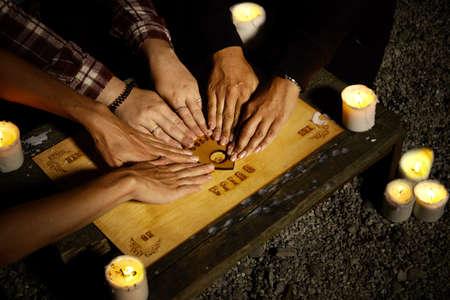 Femme sorcières communiquant avec des fantômes à travers un conseil spirituel Banque d'images - 83751092