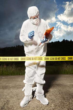 犯罪の場所の調査警察技術者