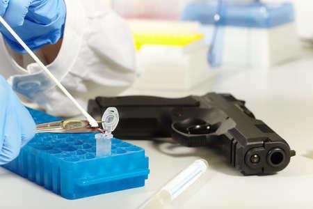 Criminologist lab technician working on forensic DNA analysis Foto de archivo