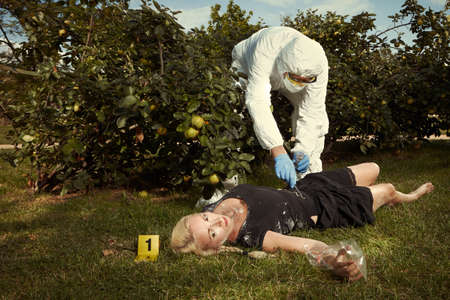 Junge blonde Frau in schwarzem Kleid gefunden im Park - Untersuchung Standard-Bild - 85244746