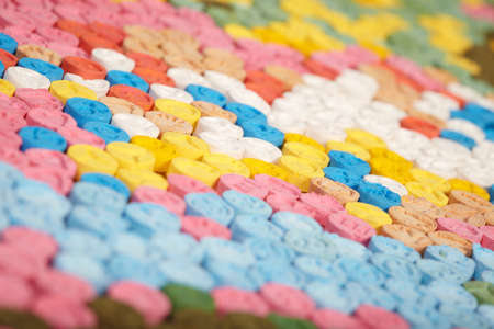 法的権限によって押収された薬物販売業者によって配布されるMDMA(エクスタシー)の錠剤の詳細 写真素材