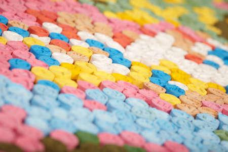 Detalle de píldoras de MDMA (Extasy) distribuidas por traficantes de drogas incautadas por la autoridad legal