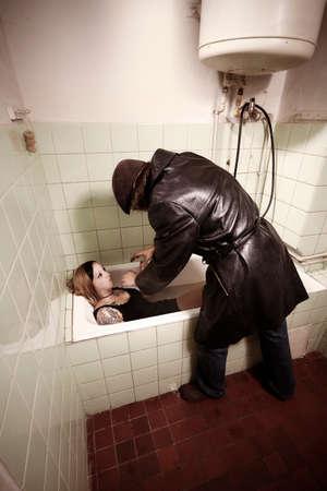 Mujer ahogada y asesinada por intruso con abrigo de cuero