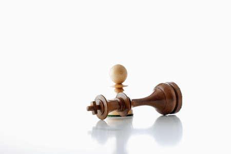 Schachmatt: Schach Spiel - wei�en Pawn Standing �ber schwarze K�nig - Schachmatt  Lizenzfreie Bilder