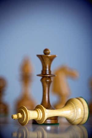 Schachmatt: Schachspiel - schwarze K�nig stand �ber wei�e K�nig - Schachmatt Lizenzfreie Bilder