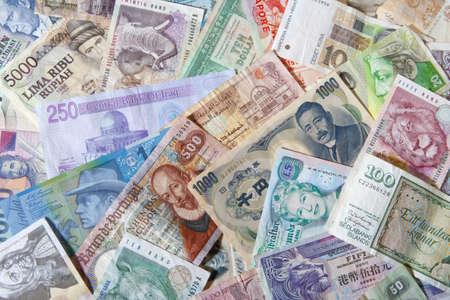 letra de cambio: colecci�n de distintas monedas de pa�ses de todo el mundo  Foto de archivo