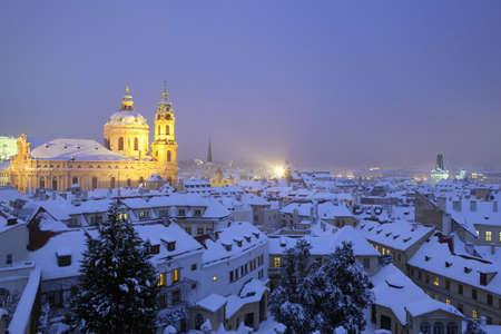 rooftop: Praag - kerk van st. nicolaus en daken van mala strana in de winter