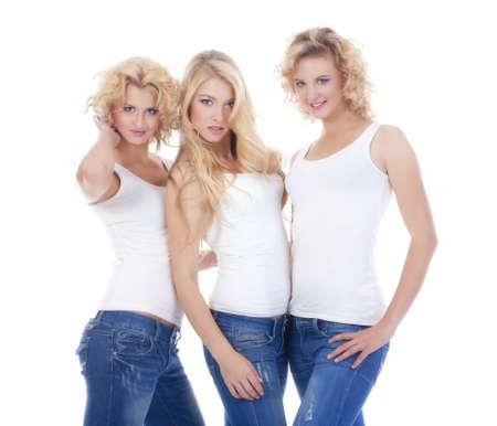 tre giovani modelli femminili nella condizione di abbigliamento casual - isolata on white