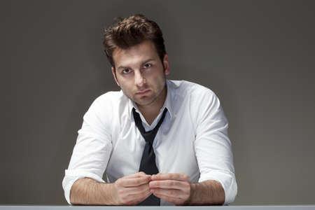 hombre preocupado: hombre de negocios en busca de camisa blanca, pensamiento - aislados en gris