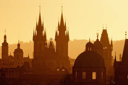 r�publique  tch�que: R?publique tch?que, Prague - fl?ches de la vieille ville et l'?glise de Tyn au lever du soleil