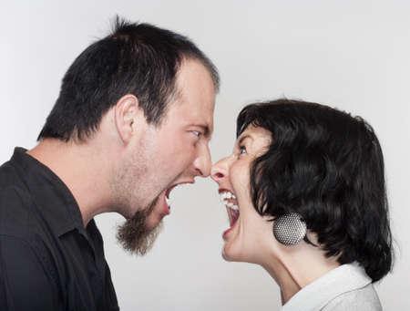 pareja discutiendo: pareja lucha, gritando a los otros - aislados en blanco