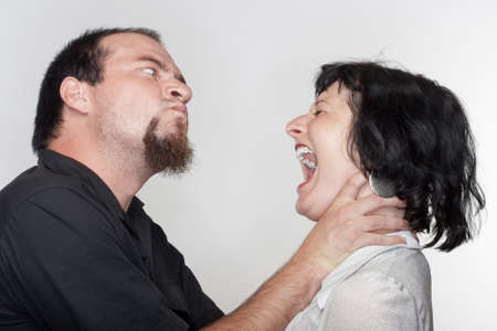 novios enojados: lucha pareja, un hombre abusando de la mujer - aislados en blanco Foto de archivo