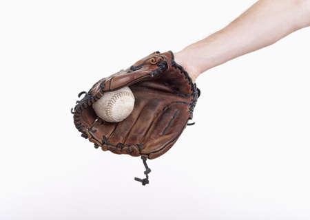 guante de beisbol: mano con un guante de béisbol con la bola en ella - aislados en blanco