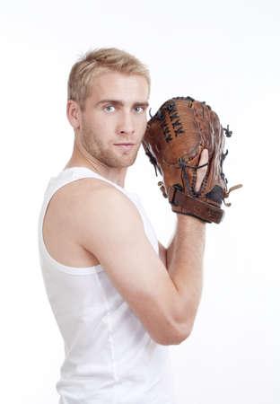 guante de beisbol: el hombre en el top blanco con un guante de béisbol busca a la cámara - aislados en blanco