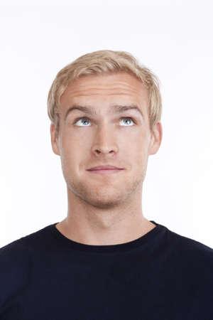 cabello rubio: retrato de un hombre joven con el pelo rubio mirando hacia arriba - aislados en blanco