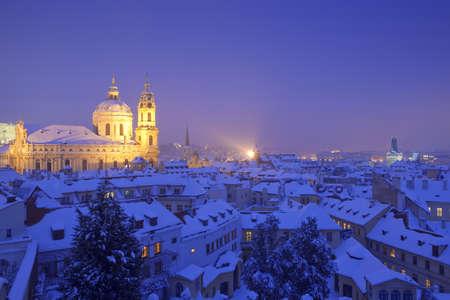 rooftop: Praag - st. nicolas kerk en daken van Mala Strana in de winter