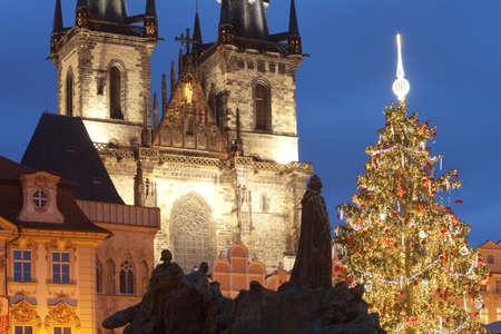 r�publique  tch�que: R�publique Tch�que, Prague - arbre de No�l sur la place de la vieille ville Banque d'images