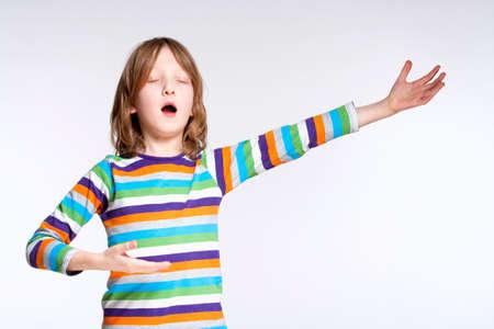 niño cantando: Retrato de un muchacho rubio, de pelo en funciones como cantante de la ópera Foto de archivo