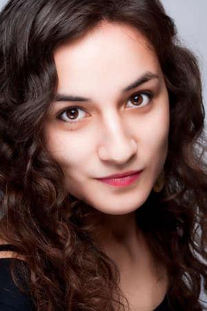 ojos marrones: Retrato de una mujer hermosa joven con el pelo largo casta�o y ojos marrones