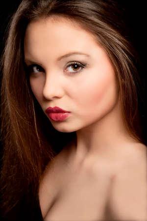 belle brunette: Portrait d'une belle adolescente avec Long Cheveux bruns Banque d'images