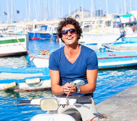 vespa piaggio: Giovane italiano su Vespa Scooter sorridente