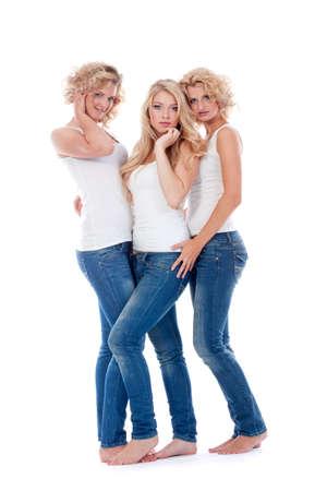 Trzy młode kobiety w swobodnych ubraniach - na białym tle