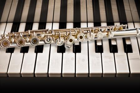 middle joint: Flauto su un pianoforte Archivio Fotografico