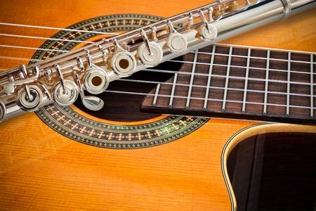 dwarsfluit: De fluit en een klassieke gitaar  Stockfoto