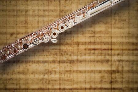 middle joint: Flauto medio Joint14k Rose Gold  su sfondo Sheet MUSIC  Archivio Fotografico