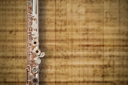 中間ジョイント14 K ローズゴールド フルート音楽シートの背景 写真素材