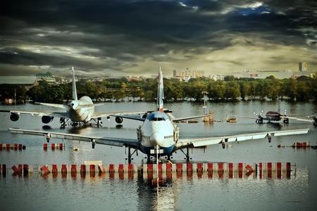 ahogarse: BANGKOK - 16 de noviembre: Los aviones se ahogan en el agua en el Aeropuerto Internacional Don Muang durante la crisis de las inundaciones masivas el 16 de noviembre de 2011 en Bangkok. Editorial