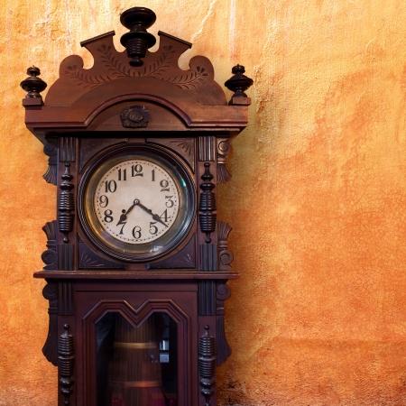 reloj antiguo: Reloj Vintage Wood Foto de archivo