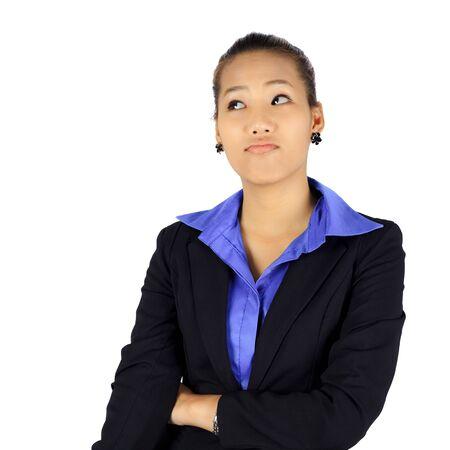 esitazione: Isolata giovane donna d'affari con uno sguardo di esitazione su bianco.