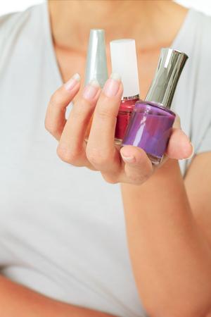 Aislado Mujeres con botellas de barniz de uñas