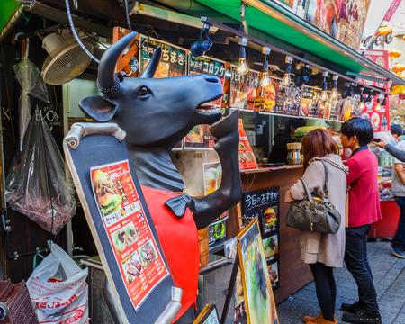 carne asada: KOBE, JAP�N - 17 de noviembre a la parrilla de carne de Kobe en Kobe, Jap�n, el 17 de noviembre 2013 Famoso por la carne de Kobe, Nankinmachi tiene muchos puesto de carne a la parrilla preparados para todos los turistas que vienen visitar el Barrio Chino