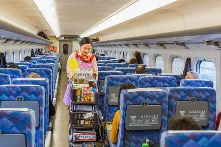 sold small: KYOTO, Giappone - 21 novembre Hikari Shinkansen a Kyoto, in Giappone il 21 Novembre 2013 Cibo e bevande sono a bordo, venduto da giapponese fornitore ufficiale con una piccola filovia