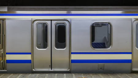 estacion de tren: Tren en una estaci�n de metro